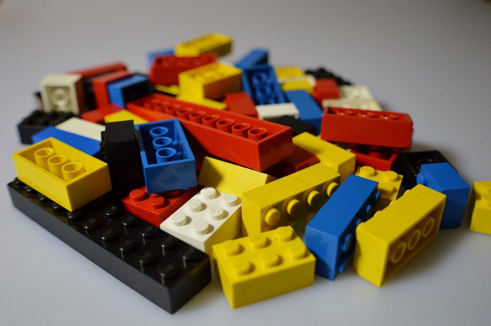 WIX investieren - Bild mit Lego Bauteilen