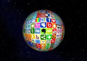 Yext Aktie investieren - Ball mit verschiedenen Social Media Logos