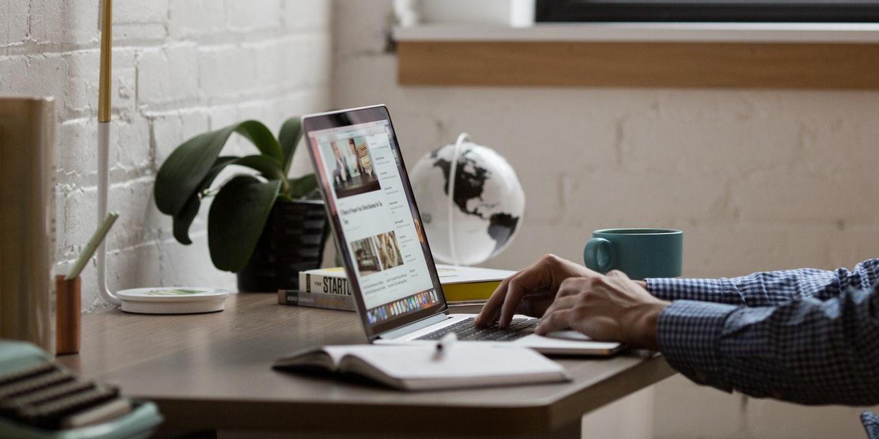 Wix Aktie News - Mann sitzt am Schreibtisch vor seinem Laptop - Beitragsbild
