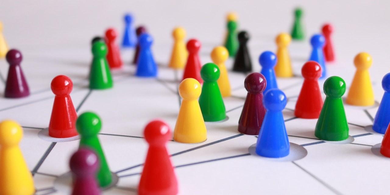 Arista Aktie investieren - Viele bunte Spielfiguren bilden ein Netzwerk - Beitragsbild