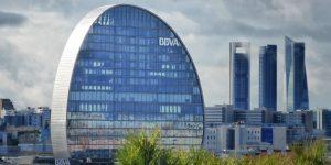 BBVA Aktie investieren - Gebäude der BBVA Bank im Vordergrund und andere Banken im Hintergrund