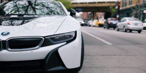 BMW Aktie investieren - Elektroauto von BMW auf einer Straße