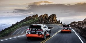 VW Aktie - Zwei Audi E Tron fahren auf Serpentinen in den Sonnenaufgang