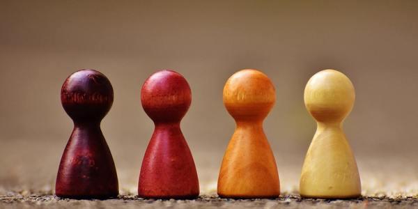 Payment-Markt - Vier Spielsteine als Zeichen der vier großen Kreditkarten Unternehmen