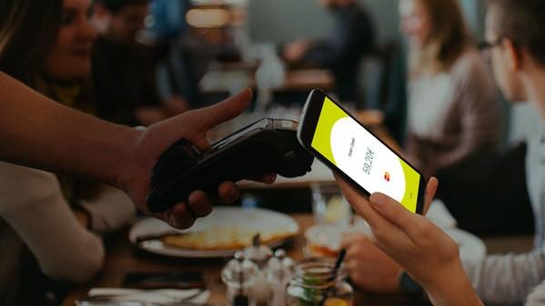 Wirecard Aktie investieren - Die App Boon kontaktlos mit einem Kartenlesegerät