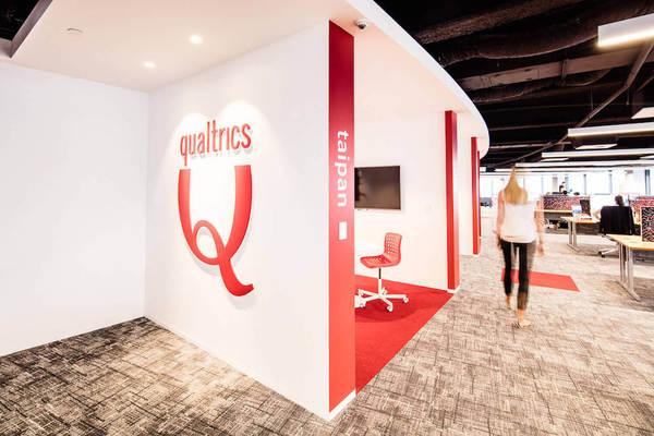 SAP kauft Qualtrics - Schriftzug von Qualtrics in Office