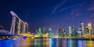 DBS Aktie - Singapur Marina Bay und die DBS Bank bei Nacht - DBS Group