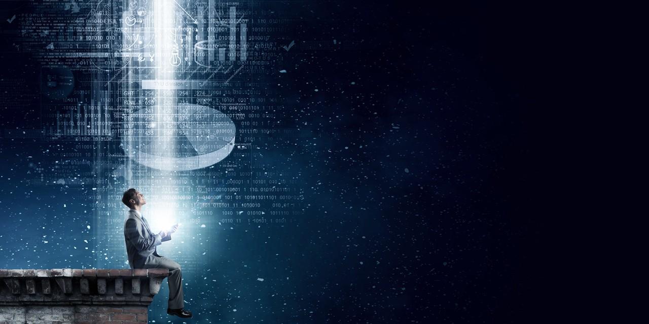 In Digitalisierung investieren - Mann sitzt auf Stein und schaut in den digitalen Himmel