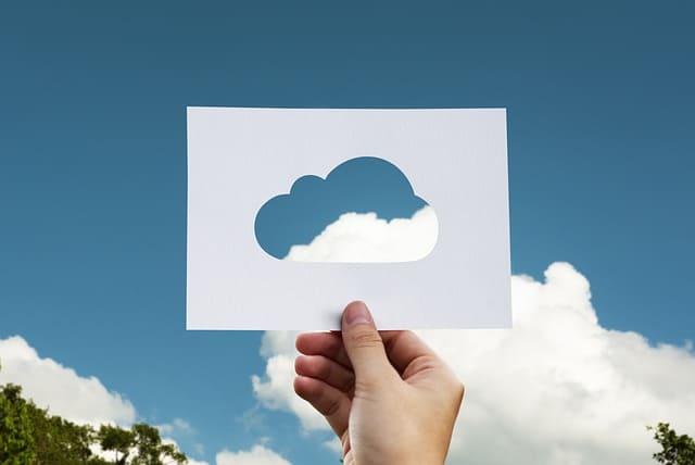 Twilio Wachstum - Ausgeschnittene Wolke auf Blatt Papier mit Himmel im Hintergrund
