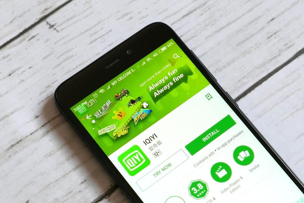 Baidu Aktie Analyse - Die App der Video-Plattform iQIYI auf einem Handy