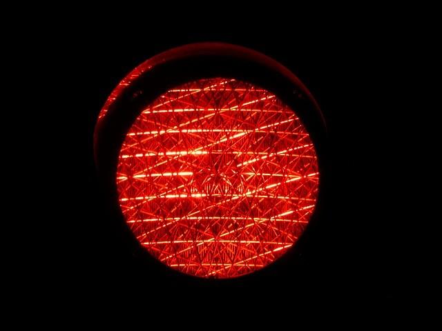 Kundenloyalität messen Red Flag - Rote Ampel mit schwarzem Hintergrund