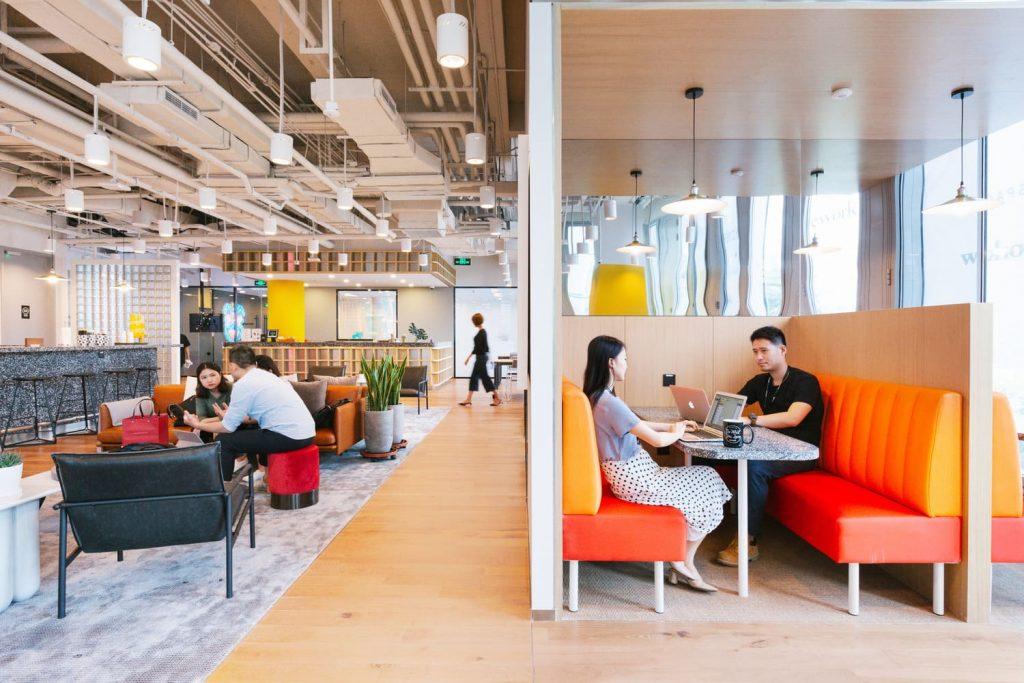 WeWork IPO - Börsengang - CoWorking Space Innenraum mit Fokus Zone und Menschen