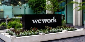WeWork IPO - Börsengang scheitert - Firmenschriftzug vor CoWorking Space