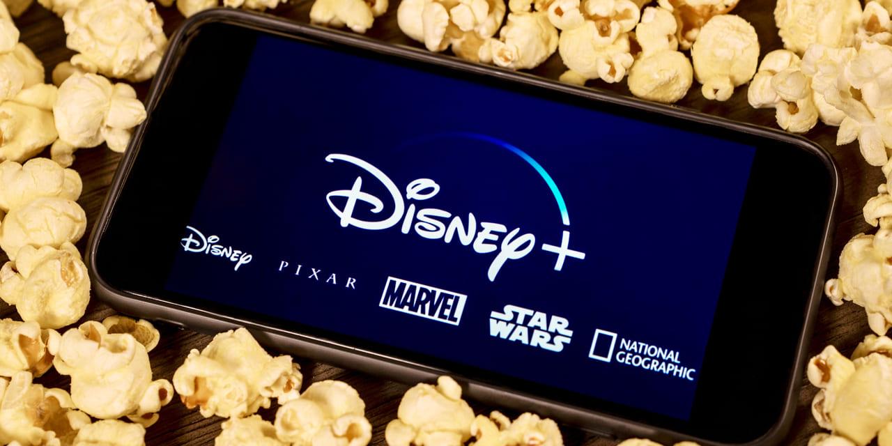 Disney Plus - Disney+ auf Handy umgeben von Popcorn