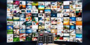 The Trade Desk CTV - Großer Bildschirm mit Serien und Fernbedienung