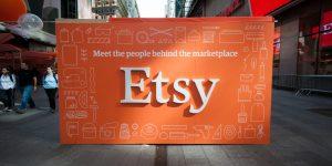 Etsy Aktie - Schild mit Etsy Logo in Einkaufsstraße
