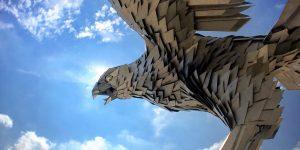 IBM Aktie - Adler von IBM vor blauem Himmel