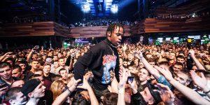 Square Cash App - Rapper machen Werbung - Rapper Travis Scott innerhalb einer Menschenmenge