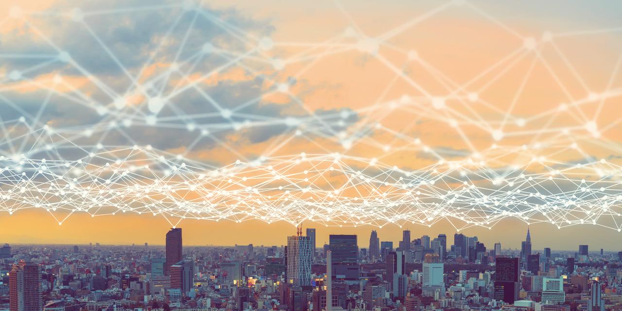 Arista Aktie Cloud Networking - Stadt mit Netzwerk am gelben Himmel