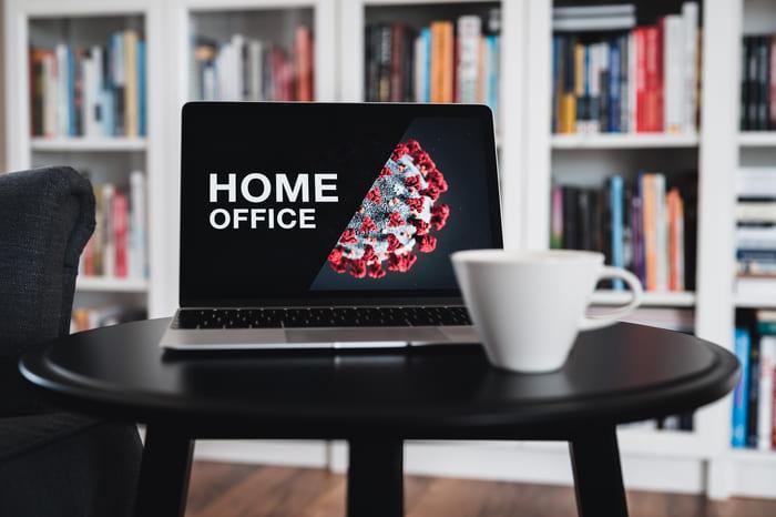 Corona Pandemie - Arbeiten im Home Office - Bild von Laptop vor Bücherregal in der Wohnung
