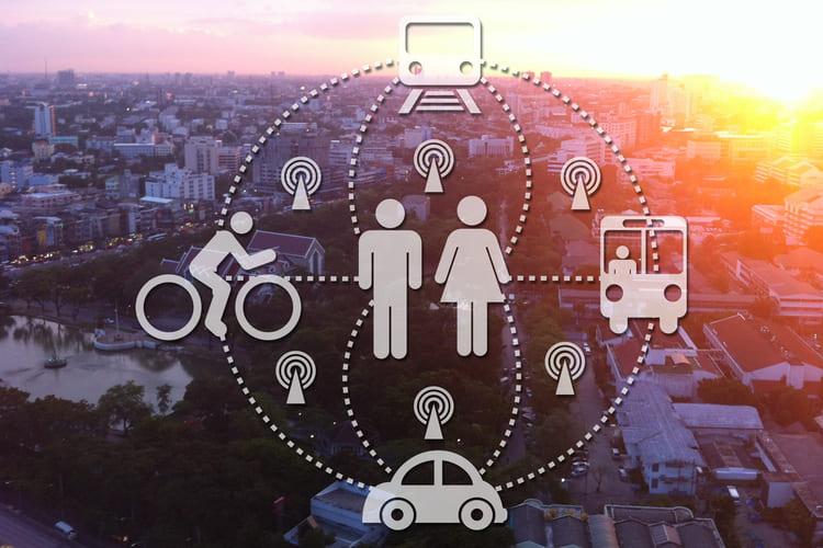 Corona Pandemie - Krise der Sharing Economy - Symbole Auto Menschen Fahrrad vor Skyline einer Stadt