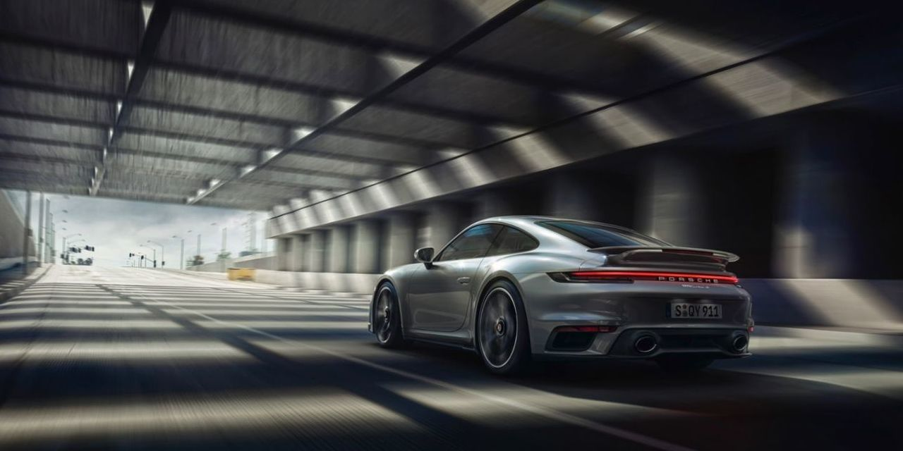 Porsche Aktie - Porsche 911 fährt ins Licht am Ende eines Tunnels