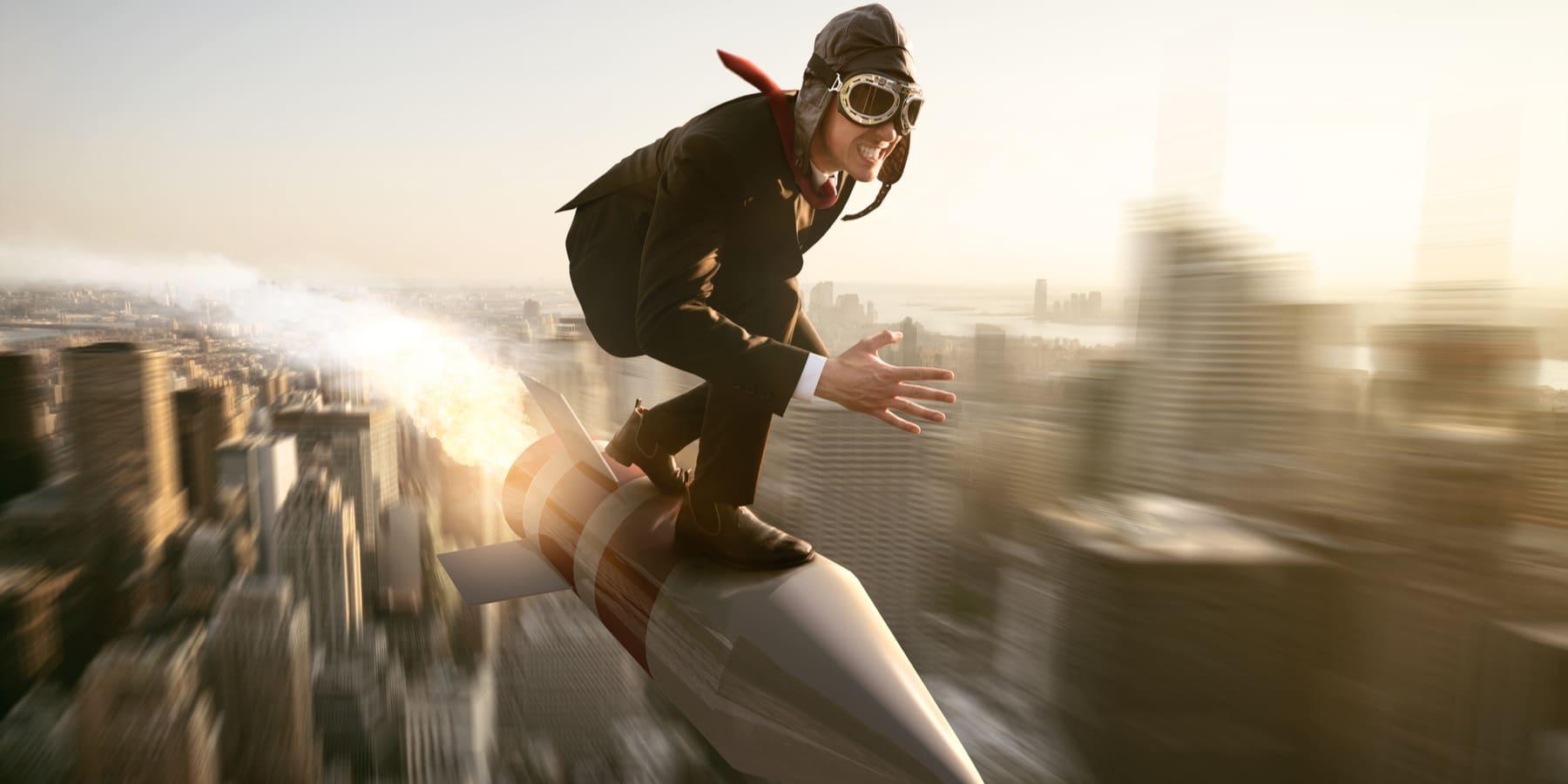 Fastly Aktie - Edge Computing - Bild von Mann auf Rakete in Stadt mit Topspeed
