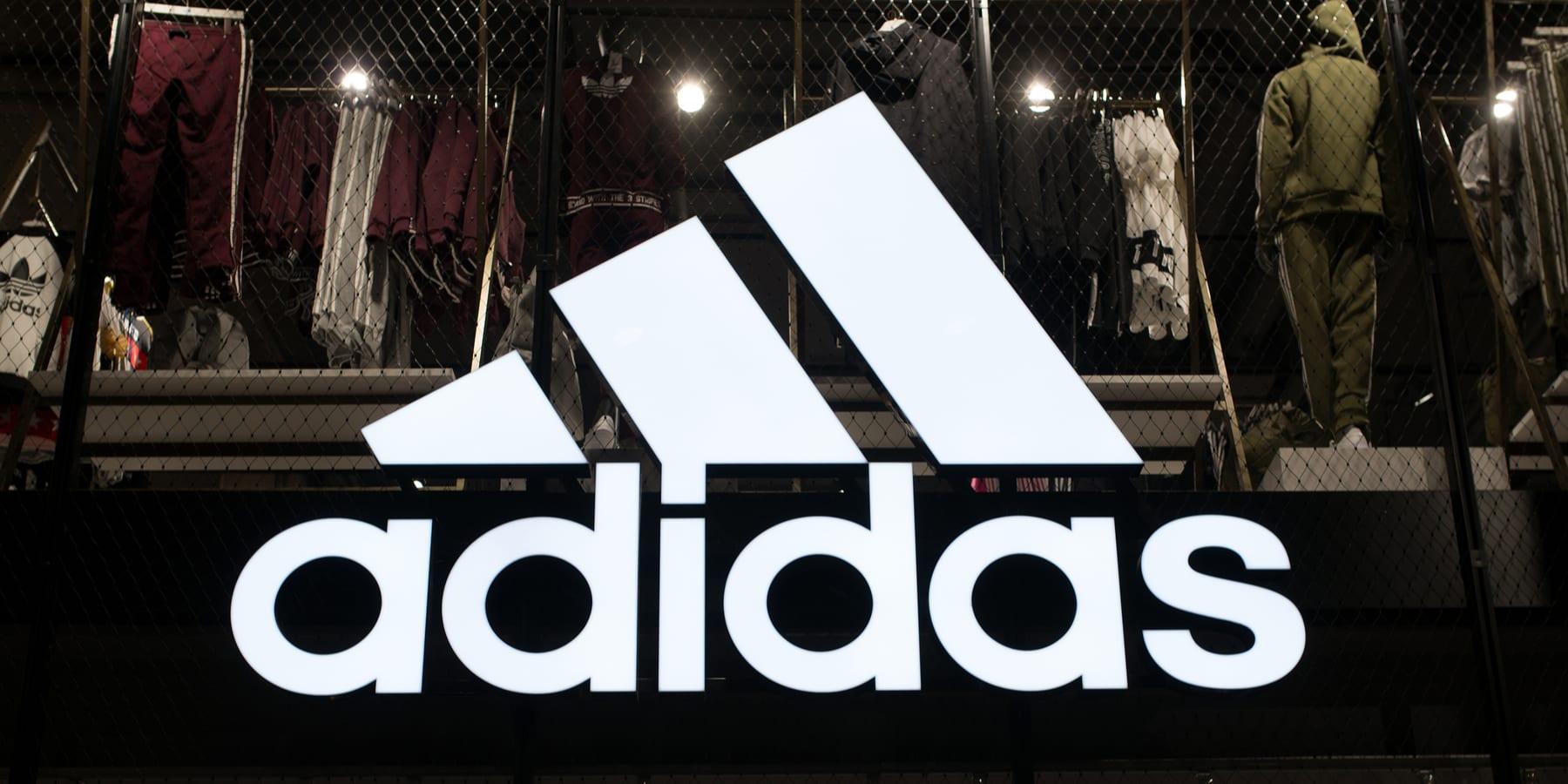 Adidas Aktie Marke ist Plattform - Unternehmenslogo groß an einem Shop