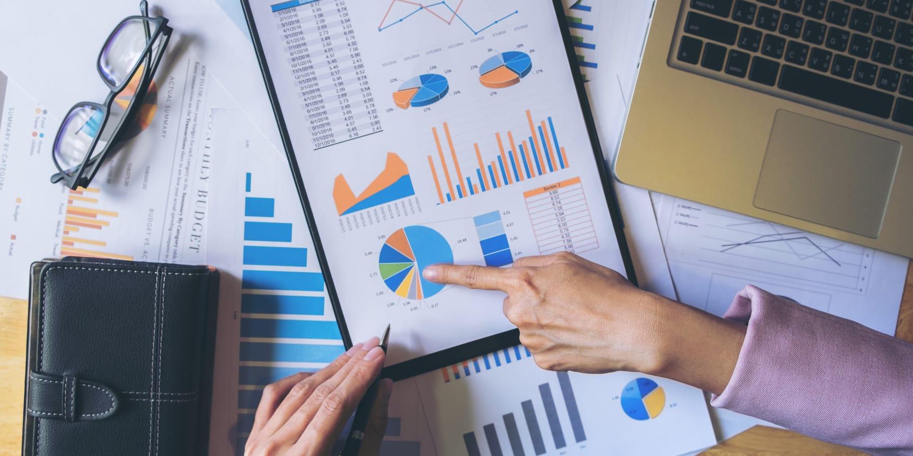 Alteryx Aktie Wachstumspause - Datenanalyse am Schreibtisch mit Papier und Laptop