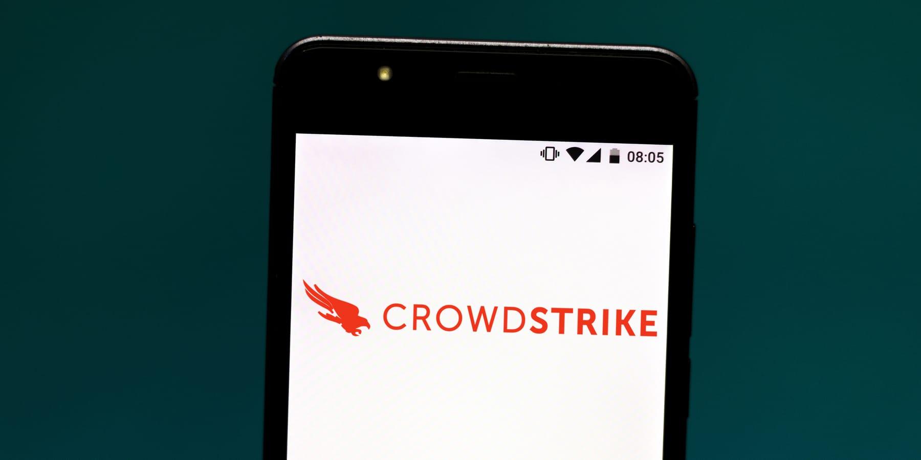 CrowdStrike Aktie - Bild von CrowdStrike Logo auf Smartphone