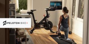Peloton Apple Connected Fitness - Frau macht Fitness Übung zu Hause an Fernseher mit Peloton und Peloton Bike