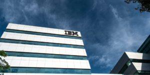 IBM Umbruch Hybrid Cloud-Company - Bild von Unternehmensgebäude mit IBM Logo und dunklem Himmel
