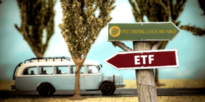 The Digital Leaders Fund vs ETF - Welches Investment passt zu mir - Bus fährt auf Allee und Schild mit aktiv und passiv im Vordergrund